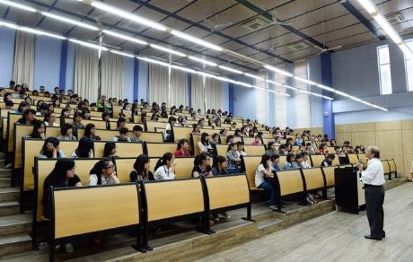 Hệ thống giảng đường bao gồm bàn ghế, đèn, âm thanh... đạt tiêu chuẩn giống như các trường ĐH quốc tế.