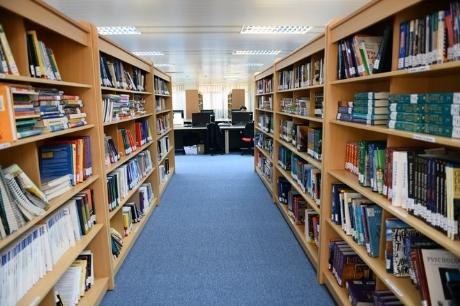 Giá sách bên trong thư viện .