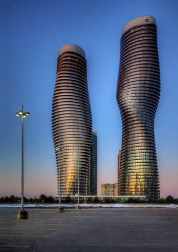 56 tầng nhà của hai tòa tháp đều có khả năng xoay quanh trục tới 209 độ.