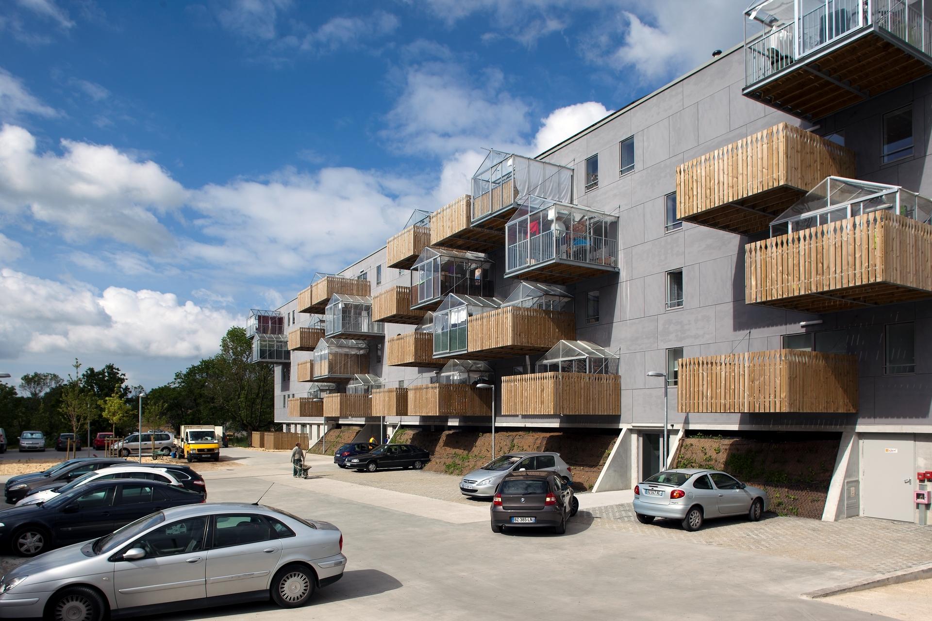Ba tòa nhà được mọc trên một nền bê tông ổn định - Ảnh © Nicolas Pineau, Stéphane Chalmeau