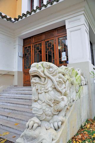 Hình tượng nghê chầu ở lối vào chính của toà nhà.