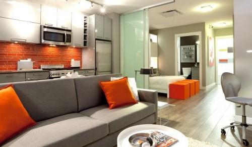 Với tính chất hướng sáng đặc thù của ngôi nhà này, màu cam có lẽ là sự lựa chọn lý tưởng. Không những cộng hưởng tăng thêm độ sáng của nhà mà màu cam còn tượng trưng cho sự nỗ lực và năng động, thu hút và quyến rũ.