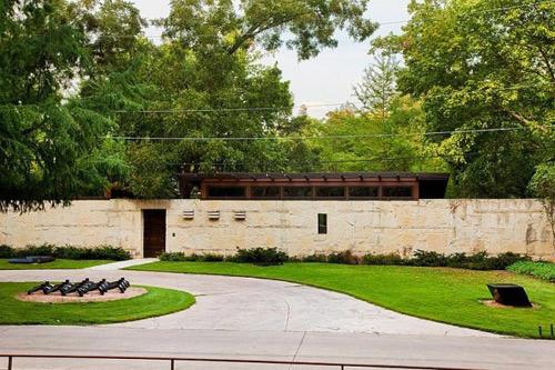 Được bao bọc bởi bức tường cao và dày nên nhìn từ bên ngoài, ngôi nhà trông kín đáo như cung cấm.