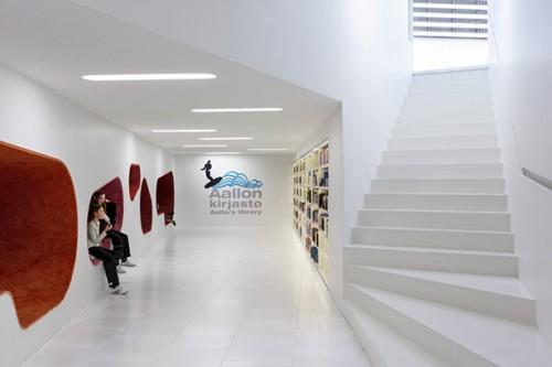 Cầu thang dẫn lên khu vực đọc sách của trẻ em Ảnh © Tuomas Uusheimo