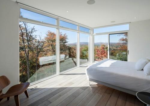 Phòng ngủ với cửa sổ lớn hướng mở ra thiên nhiên