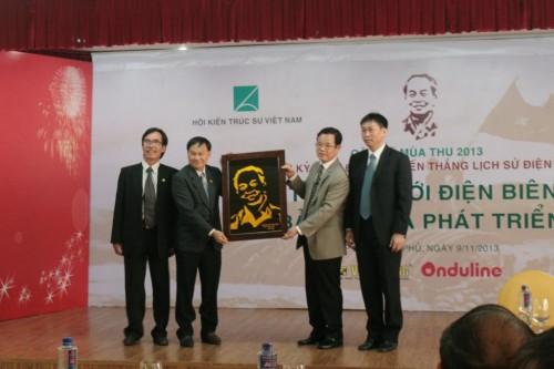 Thay mặt trường ĐH Bình Dương, thầy Nguyễn Xuân Phúc gửi tới UBND tp Điện Biên bức tranh đại tướng Võ Nguyên Giáp