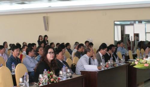 (Từ trái qua), bà Lê Thị Bích Hồng-Phó Vụ trưởng Vụ Văn hóa - Văn nghệ, Ban Tuyên giáo T.Ư, KTS Nguyễn Tấn Vạn-CT HKTSVN