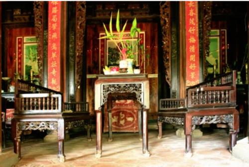Các bức hoành phi sơn son thếp vàng được treo trang trọng ở gian giữa