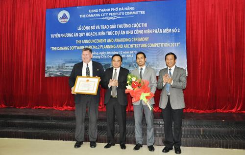 Ông Văn Hữu Chiến Chủ tịch UBND TP Đà Nẵng và ông Phạm Kim Sơn, Giám đốc Sở TT&TT trao giải Nhất cho Cty CPG Việt Nam.