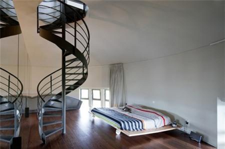 Phòng ngủ giản dị, rộng và rất thoáng.