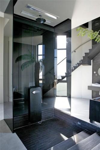 Bên cạnh những khung cửa sổ kính rộng lớn và nằm trong một tháp nước cũ, các tính năng công nghệ cao cũng là một điểm ấn tượng không thể bỏ qua của ngôi nhà.