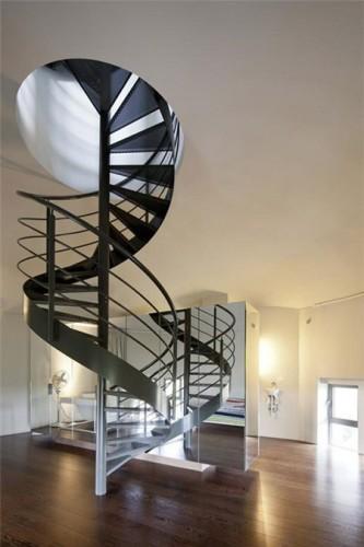 Cầu thang xoắn ốc tuyệt đẹp kết nối các tầng của ngôi nhà.