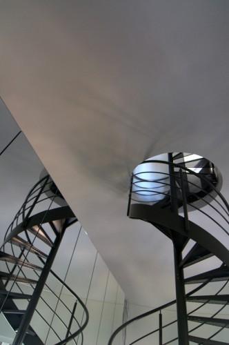 Lần theo từng nhịp cầu thang, bạn sẽ khám phá ra một điều rất có giá trị khác của ngôi nhà.
