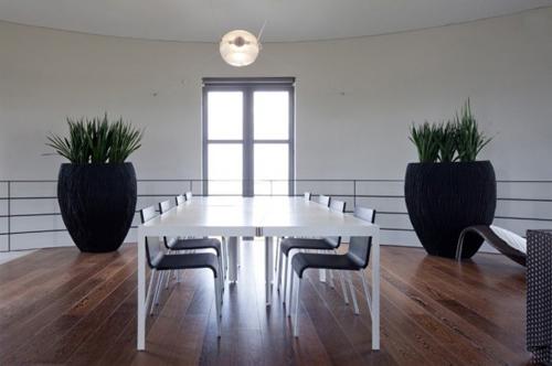 Máy chiếu di động và hệ thống tự động hóa nâng cấp cho phép chủ nhân kiểm soát mọi thứ bên trong ngôi nhà.