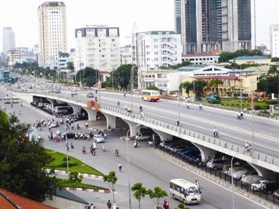 Xây dựng, phát triển hạ tầng giao thông trong quy hoạch vùng Thủ đô để tăng liên kết, thúc đẩy phát triển kinh tế - xã hội. Trong ảnh: Nút giao thông cầu vượt Mai Dịch.