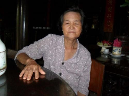 Bà Trần Thị Ngỏ (người ngồi bên phải), cháu dâu đời thứ ba của ông Trần Văn Hoa - hiện là chủ nhân của Nhà Trăm Cột.