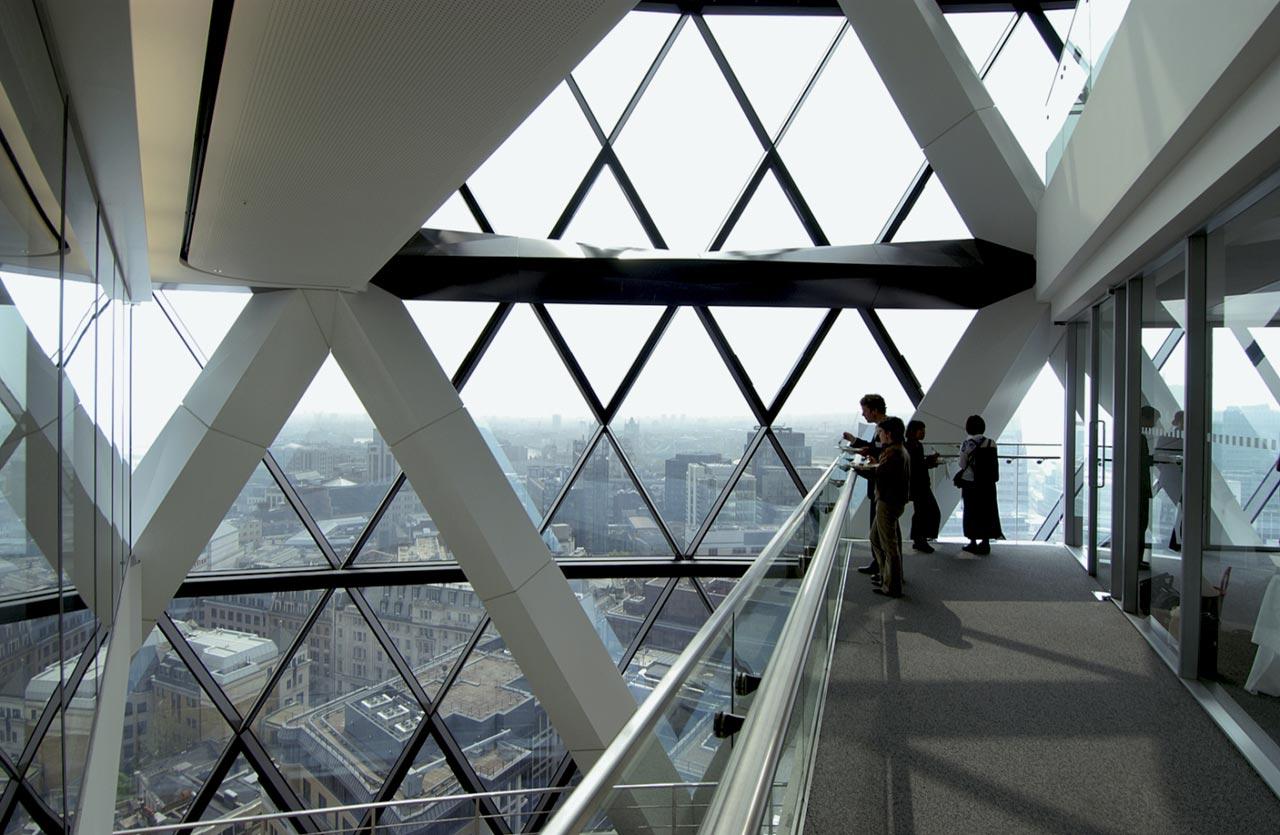 Bên trong Gherkin. Những góc tam giác được cắt ra khỏi mặt nền tòa nhà. Chúng cung cấp nguồn sáng và tăng sự thông gió - Ảnh © Foster + Partners.