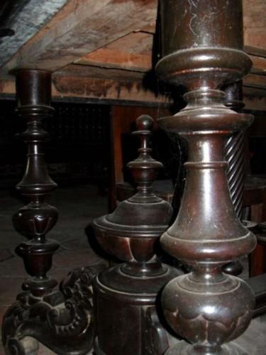 Một số cột được thiết kế tinh xảo bên trong ngôi nhà trăm cột
