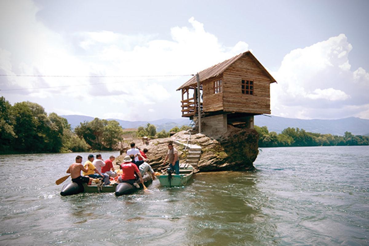 Để xây dựng ngôi nhà, nhóm thanh niên đã sử dụng những chiếc thuyền nhỏ và thuyền kayak để vận chuyển các nguyên vật liệu từ một nhà kho cũ gần đó.
