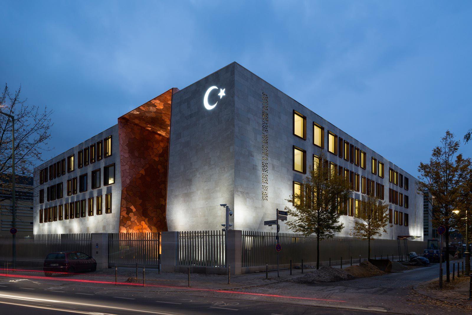 52689df9e8e44ef4c20003df_turkish-embassy-in-berlin-nsh-architekten_felipe_schmidt_02