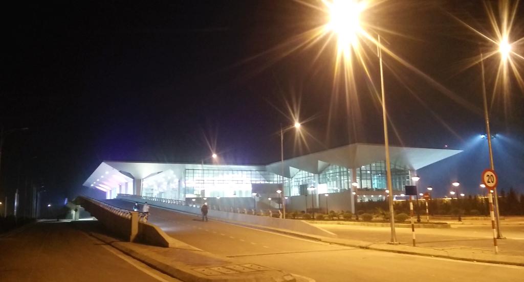 Khu vực Nhà ga hành khách - Cảng hàng không Vinh nhìn từ xa. Đến thời điểm này, sân bay Vinh là một trong số những sân bay của cả nước được trang bị hệ thống hiện đại, thiết kế đẹp.