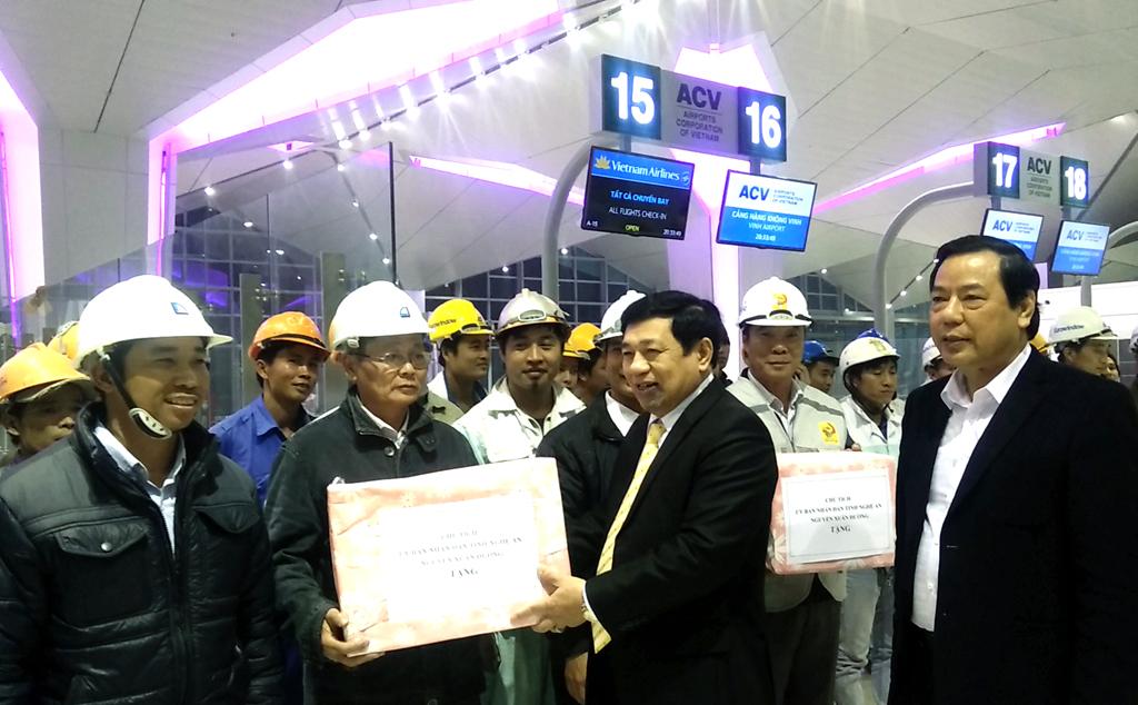 Chủ tịch UBND tỉnh Nghệ An Nguyễn Xuân Đường tặng quà cho công nhân đang làm việc tại Nhà ga hành khách - cảng hàng không Vinh đêm 17/1.