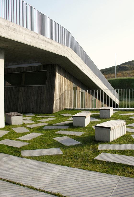 54bde886e58ece1abf0000ce_mosfellsb-r-preperatory-high-school-a2f-arkitektar_a2f_arkitektar_fmos_exterior_terrace_resize_resize