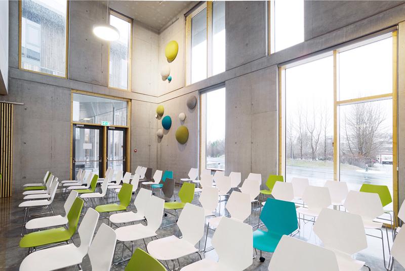54bde8d4e58ece1abf0000d2_mosfellsb-r-preperatory-high-school-a2f-arkitektar_a2f_arkitektar_fmos_interior_multipurpose_hall_resize
