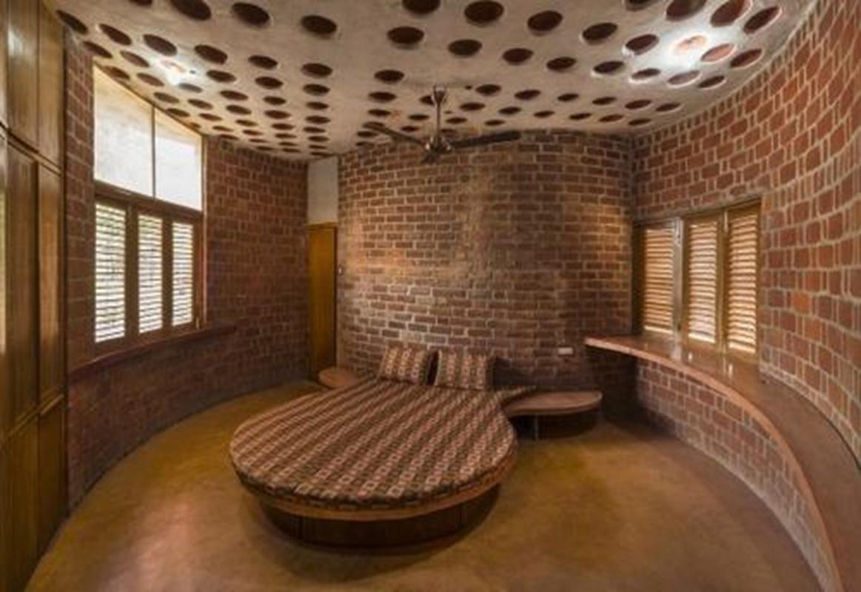 Phòng ngủ được đặt ở tầng lầu phía Tây Nam được làm mát bởi mảnh sân sau.