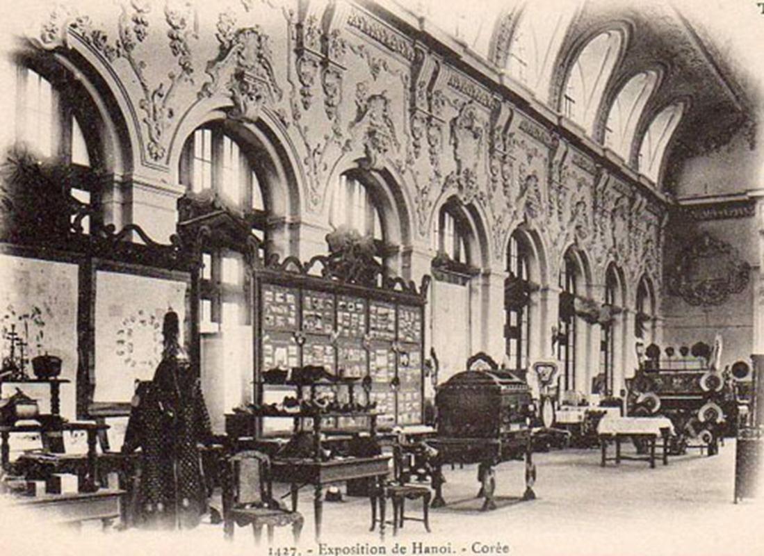 Bên trong tòa nhà chính Đấu Xảo (1902): gian Hàn Quốc với đồ gỗ, sứ ,may mặc