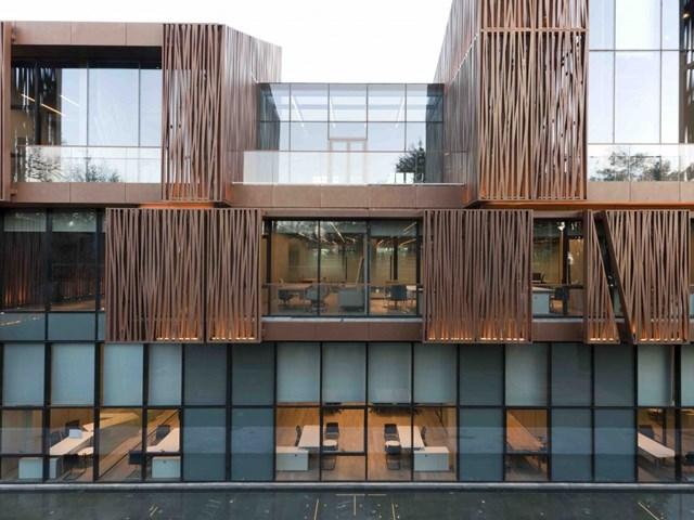 Selcuk Ecza HQ, Istanbul, Thổ Nhĩ Kỳ do các kiến trúc sư Melkan Gursel và Murat Tabanlioglu của Tabanlioglu Architects thiết kế và Selcuk Ecza Holding làm chủ đầu tư nhận đề cử cho Kiến trúc văn phòng và địa điểm kinh doanh tốt nhất.