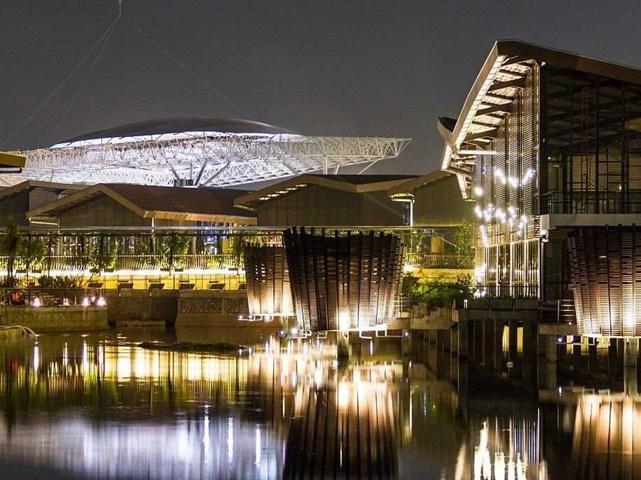 The Breeze BSD City, Tangerang, Indonesia do JERDE tư vấn (kiến trúc sư nước ngoài) và Arcadia (kiến trúc sư địa phương) thiết kế, phát triển bởi PT Bumi Serpong Damai Tbk (Thuộc tập đoàn Sinarmas Land) nhận đề cử Trung tâm mua sắm tốt nhất.