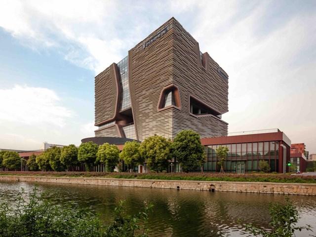 Trường Đại học Quản lý và thông tin Liverpool Tây An, Tô Châu, Trung Quốc do Aedas thiết kế và phát triển bởi Công ty Đầu tư và phát triển giáo dục Khu công nghiệp Tô Châu nhận đề cử cho Công trình văn phòng và địa điểm kinh doanh tốt nhất.
