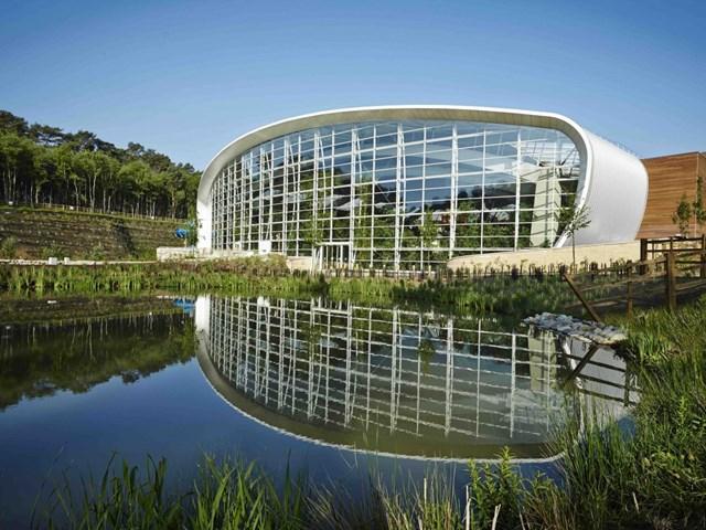 Trung tâm Rừng Parcs Woburn tại Bedfordshire, Vương quốc Anh do kiến trúc sư Holder Mathias thiết kế và phát triển bởi Center Parcs nhận được đề cử cho Công trình khách sạn và khu nghỉ dưỡng du lịch tốt nhất.