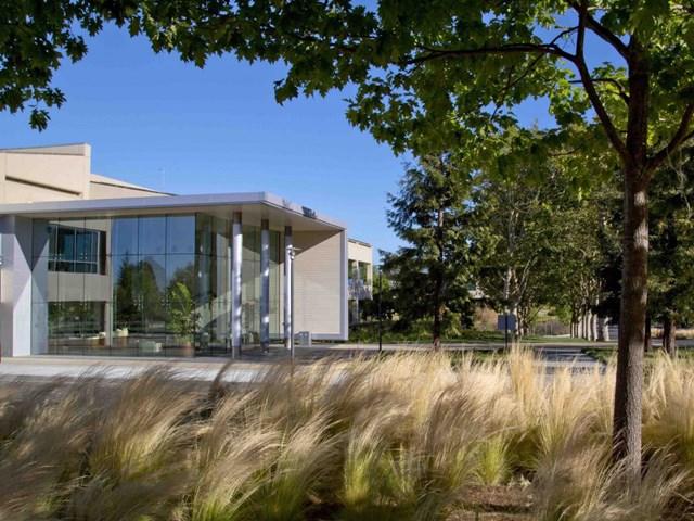 VMware Campus, Palo Alto, California, Mỹ thiết kế bởi Form4 Architecture và phát triển bởi VMware / Hines được đề cử là Kiến trúc văn phòng và địa điểm kinh doanh tốt nhất.