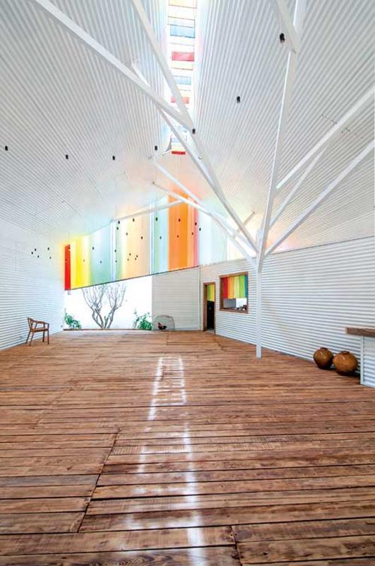 The Chapel. Một không gian mở rộng với các vật liệu hoàn toàn là tận dụng. Công trình nhỏ bé và đơn sơ, giản dị đã thuyết phục ban giám khảo, vượt lên 200 bài dự thi và 2.000 kiến trúc sư trên thế giới