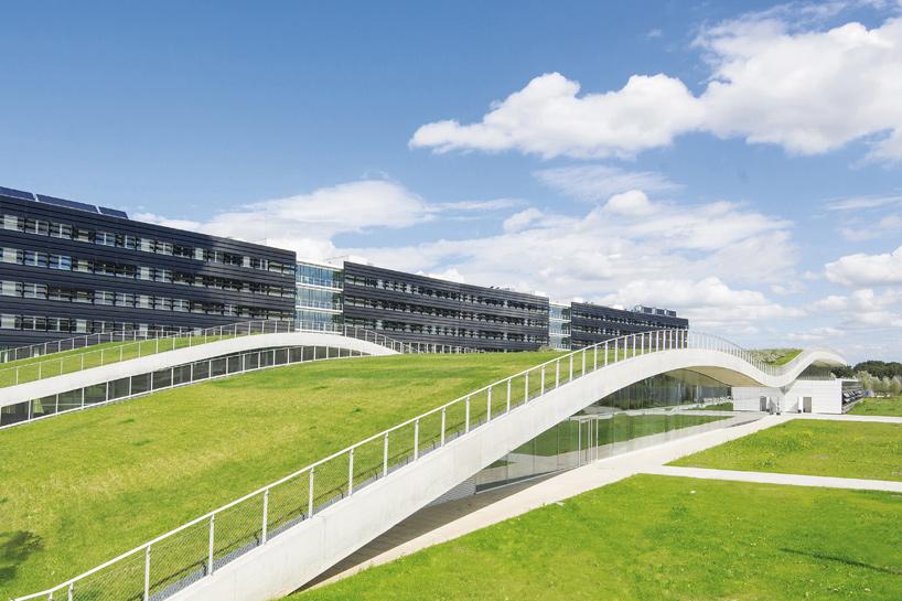 Khuôn viên bên dưới những mái nhà xanh / Jean-Philippe Pargade