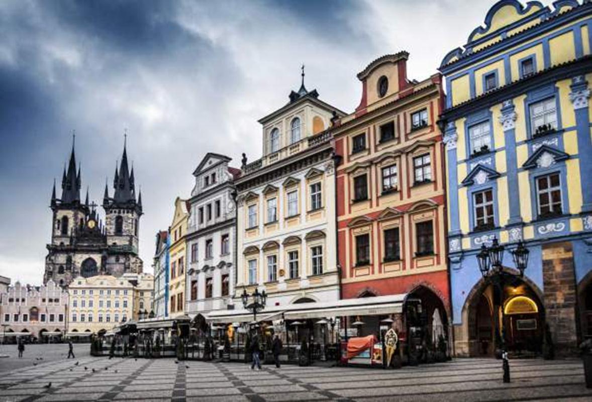 Ngoài một vài công trình điểm nhấn như nhà thờ, các tòa nhà khác ở Quảng trường Phố cổ (Staroměstské náměstí) tại Praha (CH Séc) đều có cùng chiều cao nhưng khác nhau về màu sắc và kiểu mái – Một ví dụ tuyệt vời về sự cân bằng giữa tính tổ chức và tính đa dạng trong đô thị.