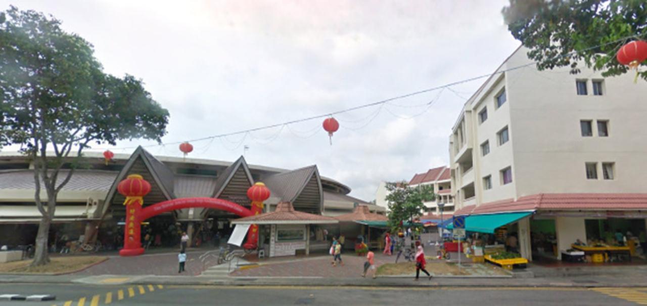 Đan xen trong các khu đô thị mới của Singapore là những chợ ướt, bao quanh bởi những chung cư thấp tầng kết hợp thương mại. Mô hình này vừa cung cấp dịch vụ thương mại và không gian cộng đồng trong bán kính đi bộ, cung cấp nhà ở giá rẻ cho người lao động lại vừa lưu giữ phần nào bản sắc của mô hình định cư truyền thống vốn phát triển dựa vào chợ.
