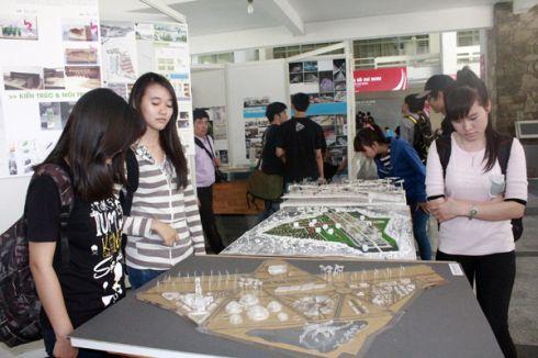 Triển lãm kiến trúc thu hút sự theo dõi, tìm hiểu của đông đảo khách tham dự, đặc biệt là các sinh viên chuyên ngành