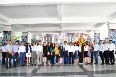 Lãnh đạo các đơn vị và CCVC  tham dự Lễ khai mạc triển lãm