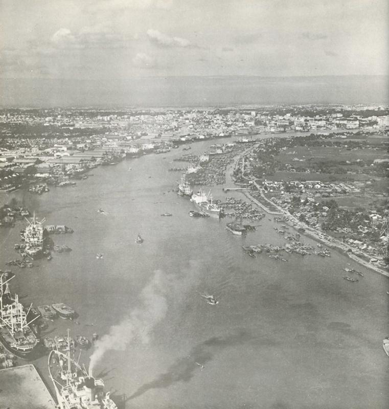 Ảnh chụp sông Sài Gòn từ bến Bạch Đằng nhìn về phía Bắc trong báo cáo của WBE cho thấy dòng sông lúc đó đã nhộn nhịp thuyền bè như thế nào. Bán đảo Thủ Thiêm nằm bên lề phải. Nguồn: Wurster, Bernadi and Emmons Architects and Planners (1972)