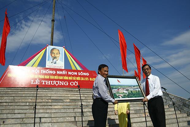 Chủ tịch Hội KTS Việt Nam nhận bức tranh lưu niệm do Ông Nguyễn Đức Chính, Phó chủ tịch UBND tỉnh Quảng Trị trao tặng