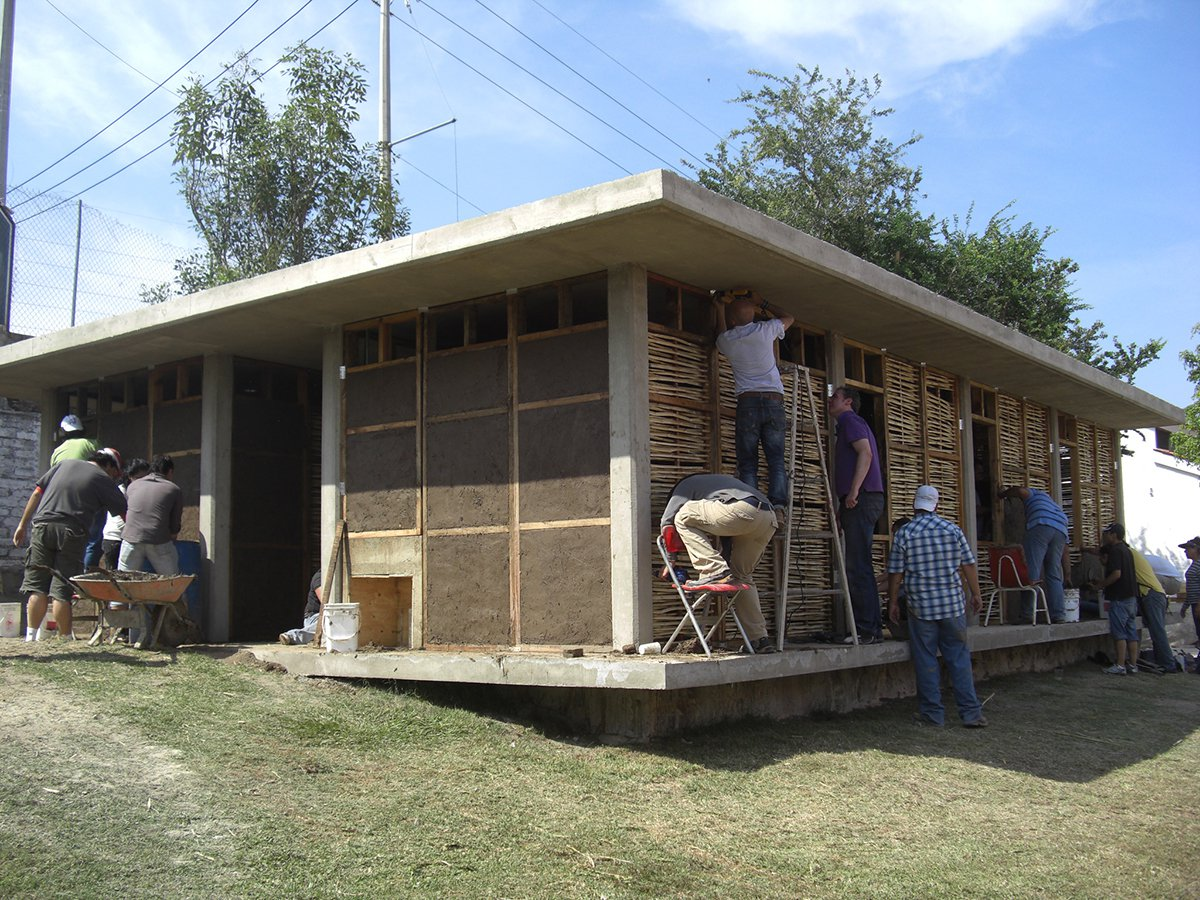 54e36650e58ece638f00006b_in-4-days-100-volunteers-used-mud-and-reeds-to-build-this-community-center-in-mexico_cimg8972
