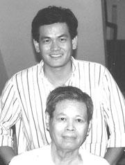 KTS Ngô Viết Nam Sơn bên cạnh cha mình - KTS Ngô Viết Thụ