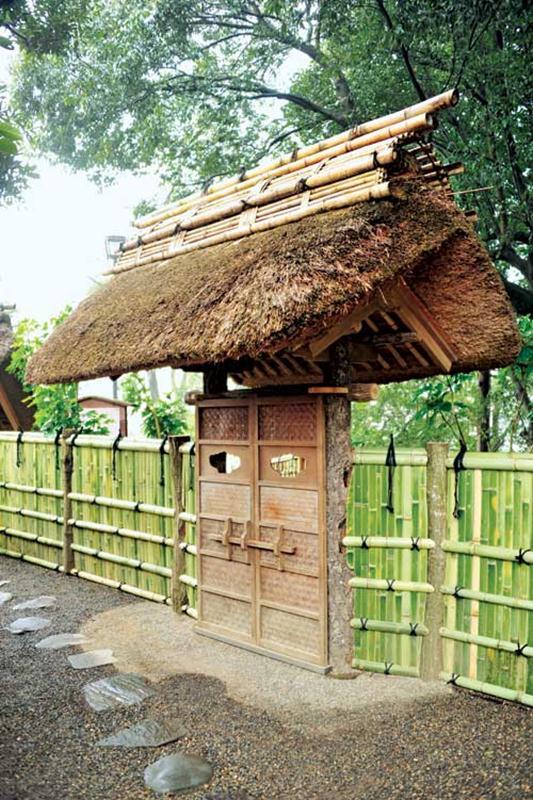 Hàng rào mang tính ước lệ cho ngôi nhà cũng được chế tác rất kỳ công