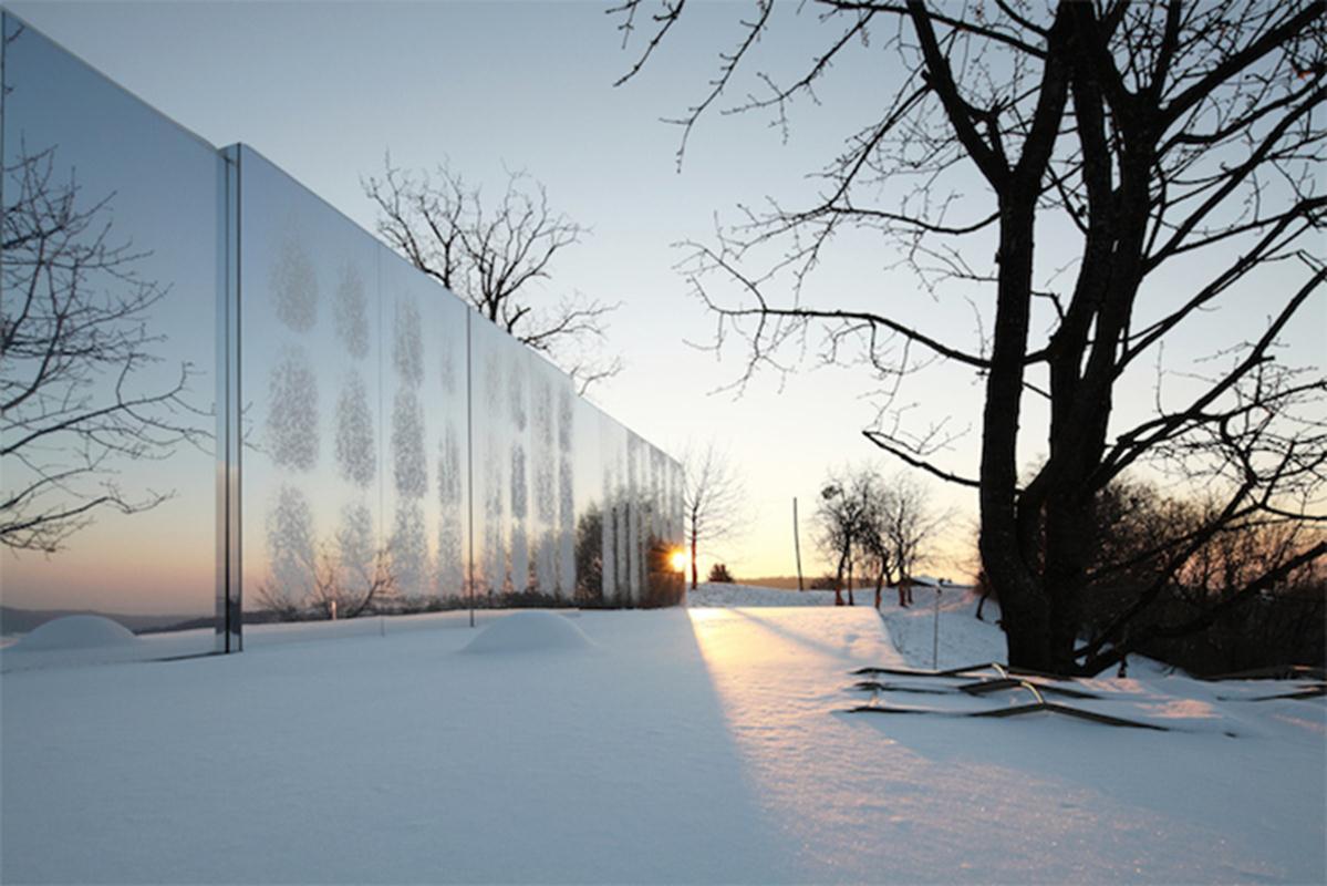 Những căn nhà luôn được lựa chọn để hoàn chỉnh với cảnh quan tuyệt đẹp bằng những bức tường gương nhân đôi không gian, phản ánh môi trường xung quanh và sự thay đổi của các mùa.
