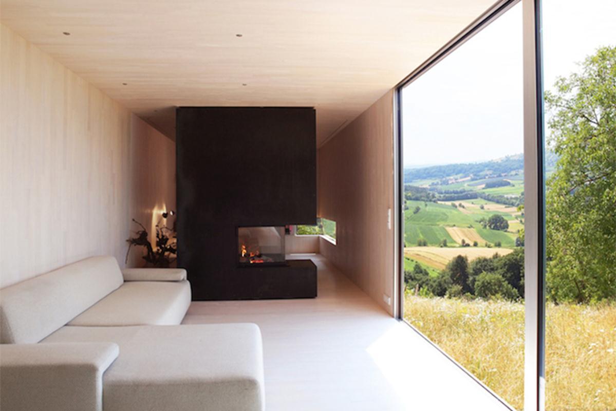 Ngôi nhà được thiết kế để tháo dỡ và lắp ráp dễ dàng, có thể vận chuyển bằng xe thẳng đến địa điểm mong muốn của khách hàng.