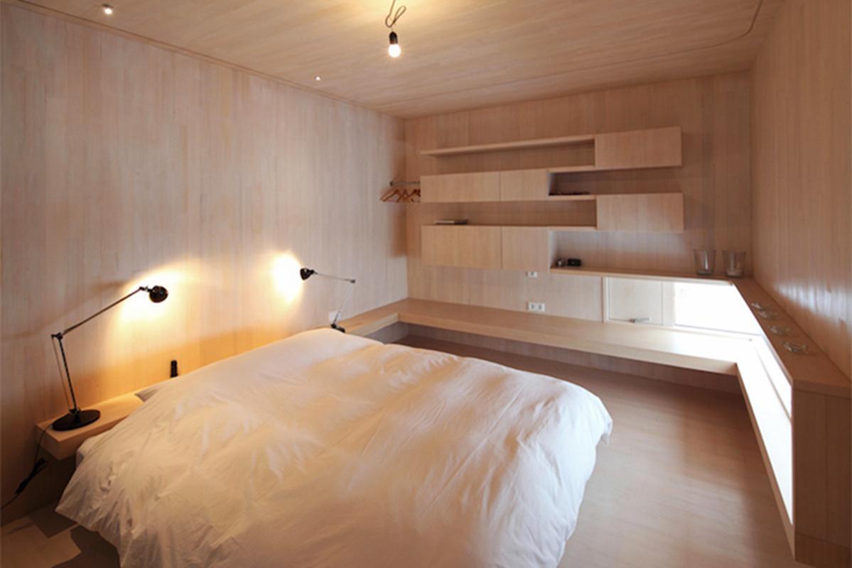 Nội thất của ngôi nhà sử dụng chủ yếu từ gỗ cùng với kế hoạch bố trí mở tập trung xung quanh một ống khói hình học mang đến sự tươi sáng và vẻ đẹp hiện đại. Thiết kế linh hoạt cho phép sự thay đổi về nội thất từ đơn giản đến phức tạp tùy theo sở thích của gia chủ.