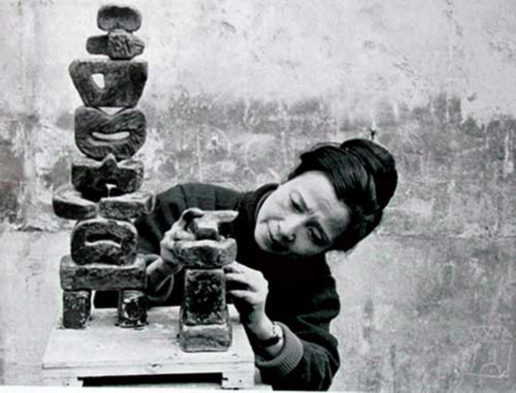 Nhà điêu khắc Điềm Phùng Thị tại Paris – 1967 (Ảnh tư liệu)